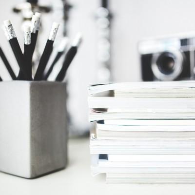 stalas, pieštukai, dokumentai